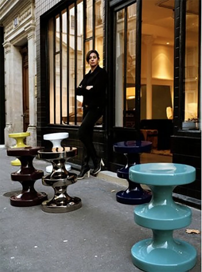 India Madhavi devant sa boutique Paris tabouret bishop